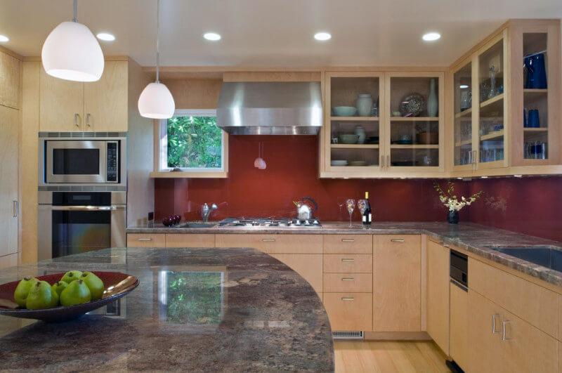 кухня с бело-коричневым дизайном