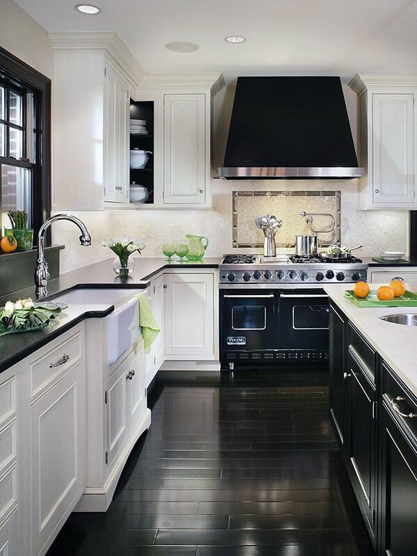 кухня с черно-белым дизайном