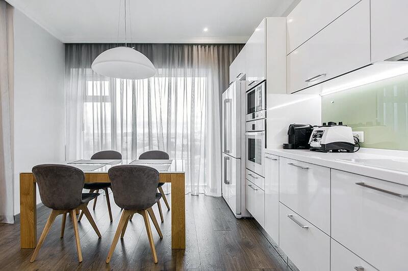 кухонный гарнитур в белом оттенке