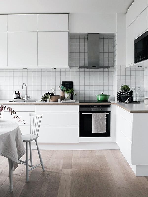 скандинавский дизайн белой кухни с деревянным полом