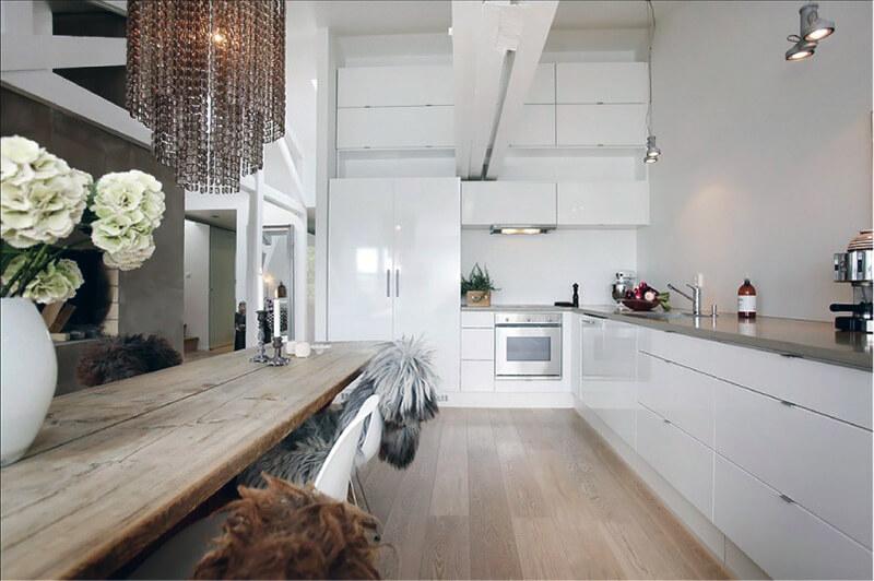 сочетание белого цвета с деревом на кухне