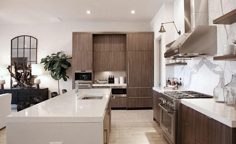 теплые коричневые оттенки в белой кухне