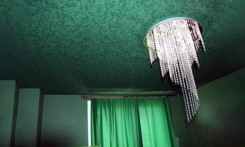 яркий замшевый натяжной потолок