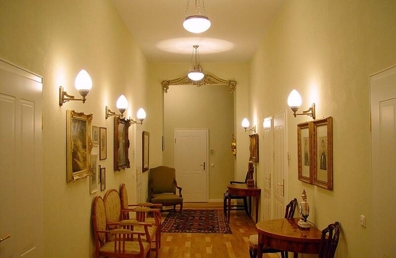 Красивые настенные светильники в коридоре