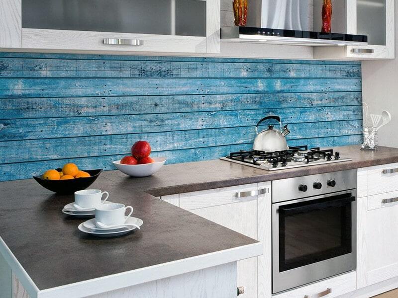 фотообои для кухни с деревянным принтом у рабочей поверхности
