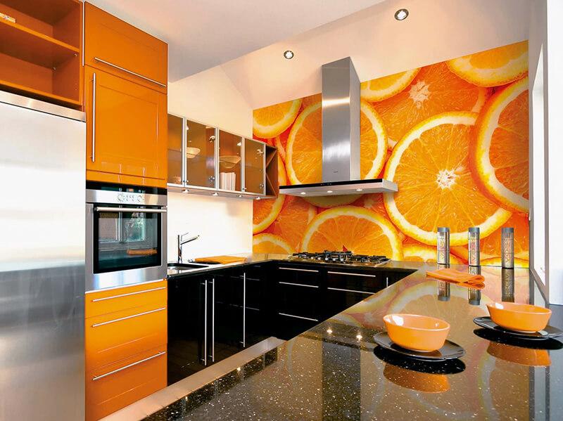 фотообои для кухни с принтом апельсина у рабочей поверхности