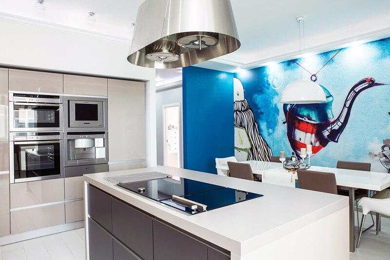 светлые фотообои для кухни в столовой зоне