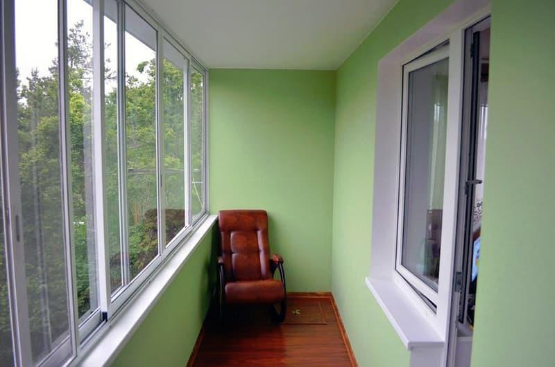 Балкон со стенами в теплых оттенках