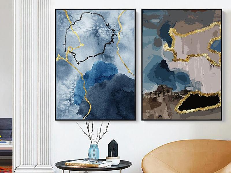 Дизайн інтер'єру кімнати з картиною в синіх тонах