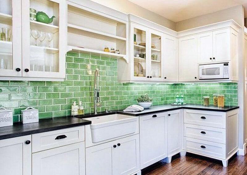 Фартук с зелеными оттенками для светлой кухни