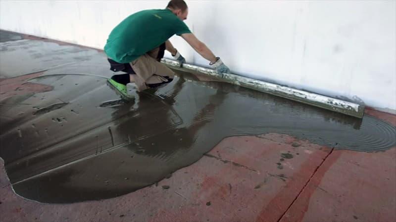 Фінішне вирівнювання підлоги плитковим клеєм