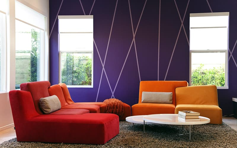 Гостиная с яркими стенами