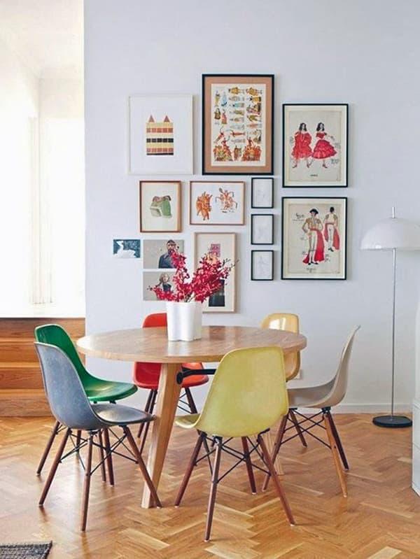 Использование картин разного размера для оформления комнаты