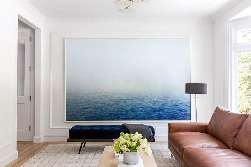 Картина крупного размера в большой комнате