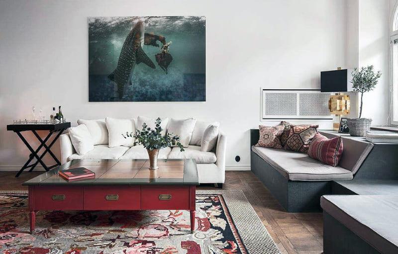 Картина среднего размера в большой комнате