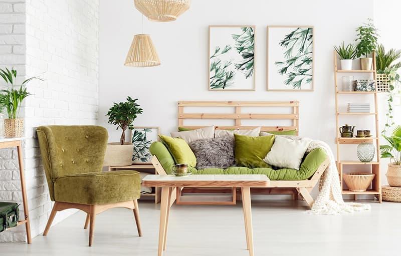 Картина в зеленых тонах в интерьере комнаты