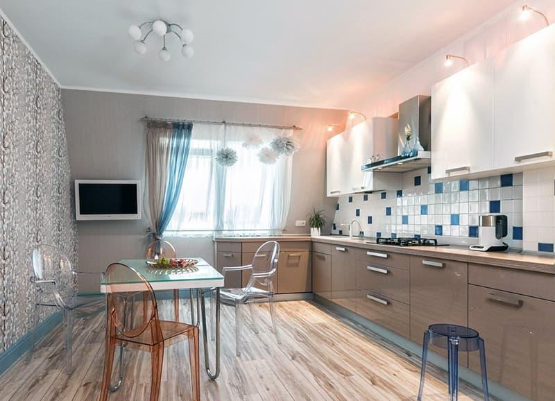 Кухня со стенами бежевого цвета