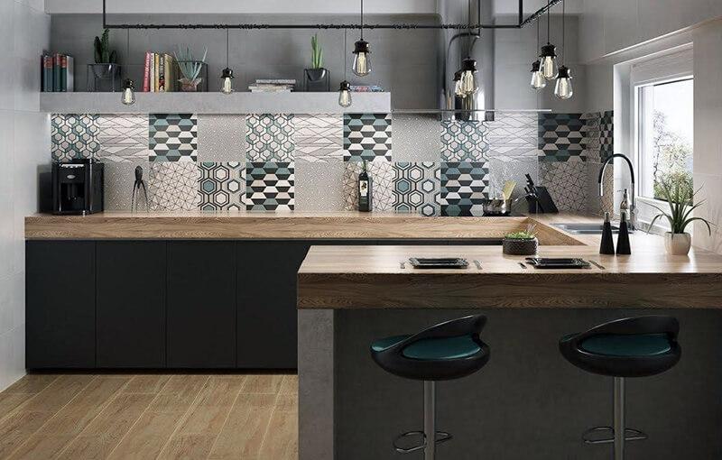 Кухонный фартук из средней плитки