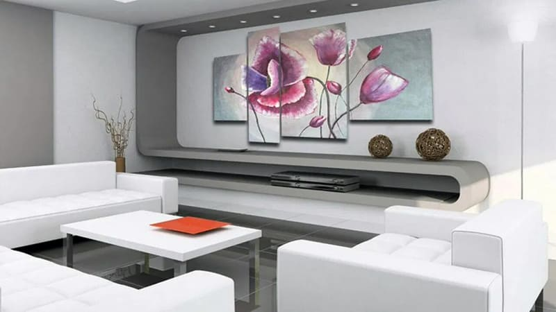 Модернистские картины в интерьере комнаты