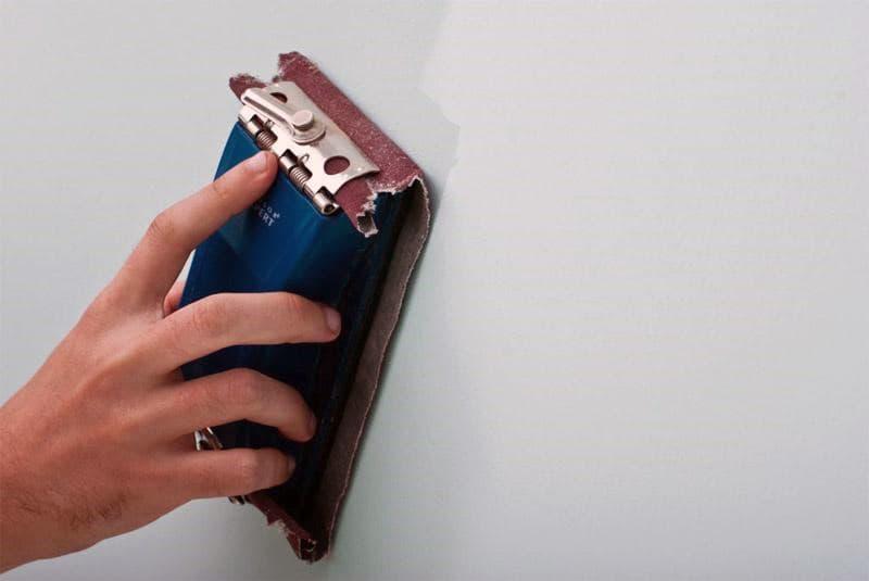 Обработка стен наждачной бумагой перед покраской
