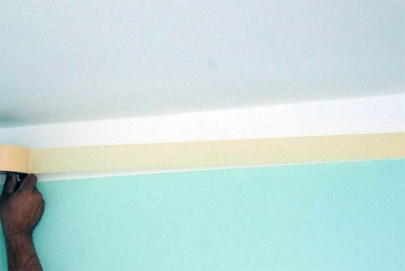 Поклейка бумажной ленты вдоль потолка перед покраской стен