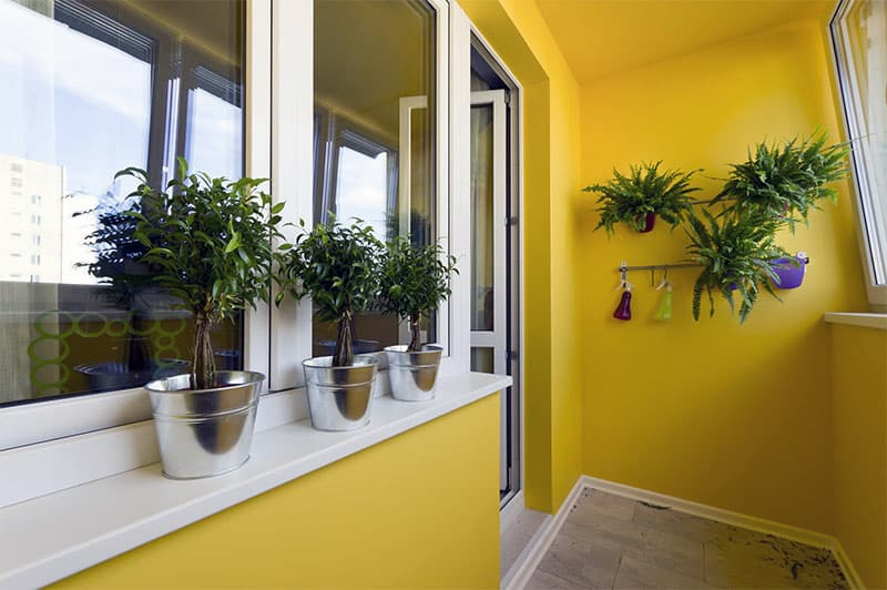 Покраска стен балкона в желтый цвет
