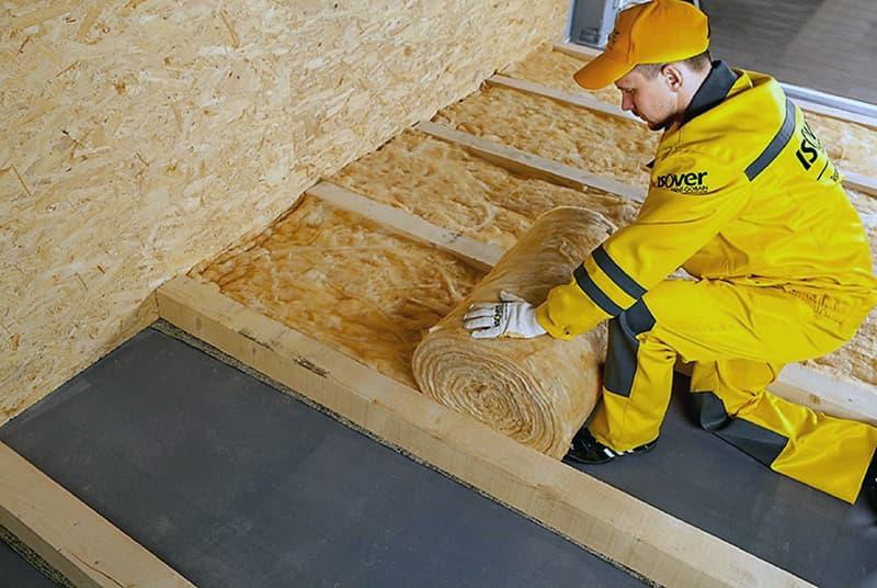 Процес укладання мінеральної вати на підлогу