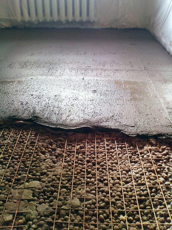 Процес утеплення підлоги за допомогою керамзиту
