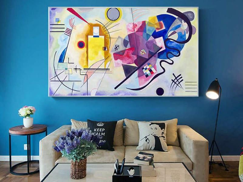 Современное искусство на картине в интерьере