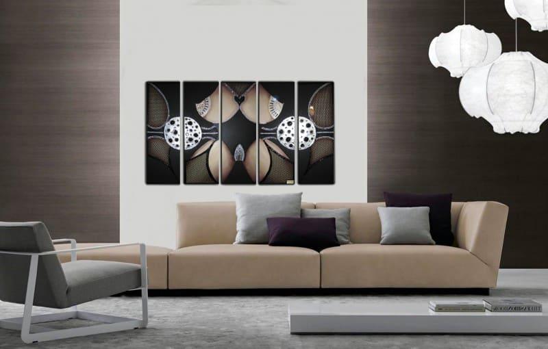 Современный интерьер с постером на картине