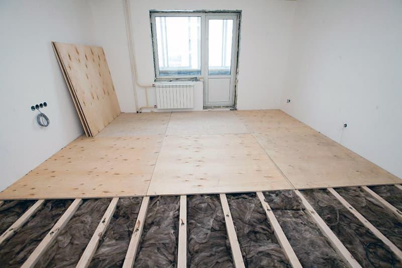 Укладання фанери на лаги для вирівнювання підлоги