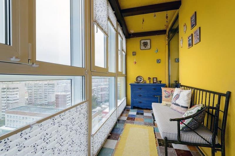 Яркий цвет стен на балконе