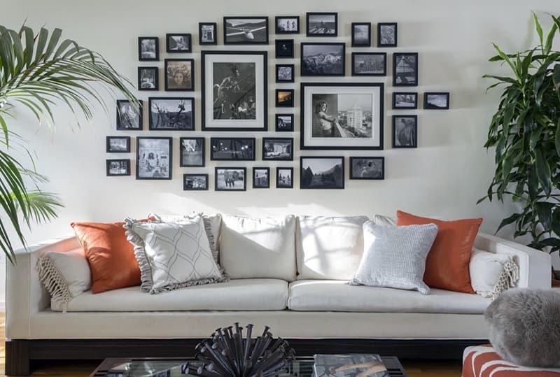 Декор из картин на акцентной стене комнаты