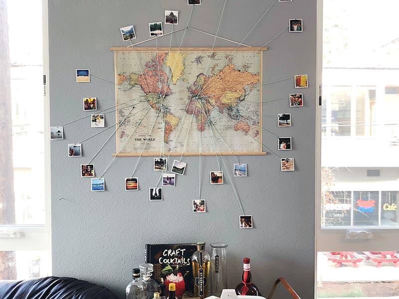 Использования карты и фотографий для создания уюта в комнате