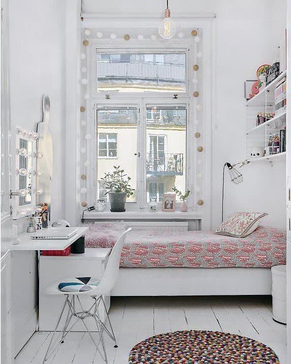 Маленькая уютная комната в светлых тонах