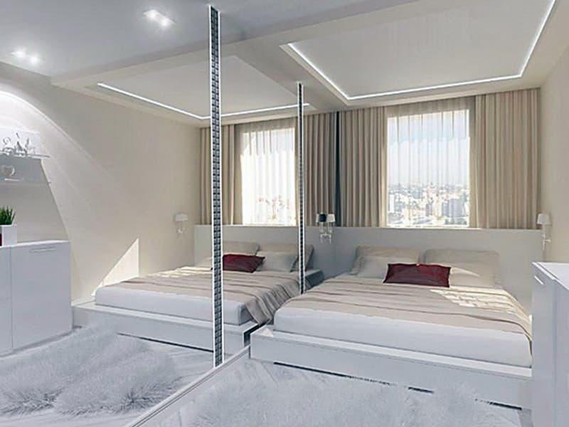 Шкаф с зеркальными дверями в декоре комнаты
