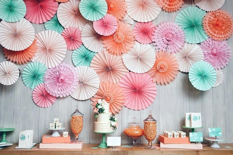 Украшение стены комнаты изделиями из бумаги