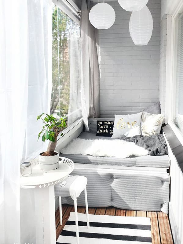Большой балкон с интерьером в скандинавском стиле