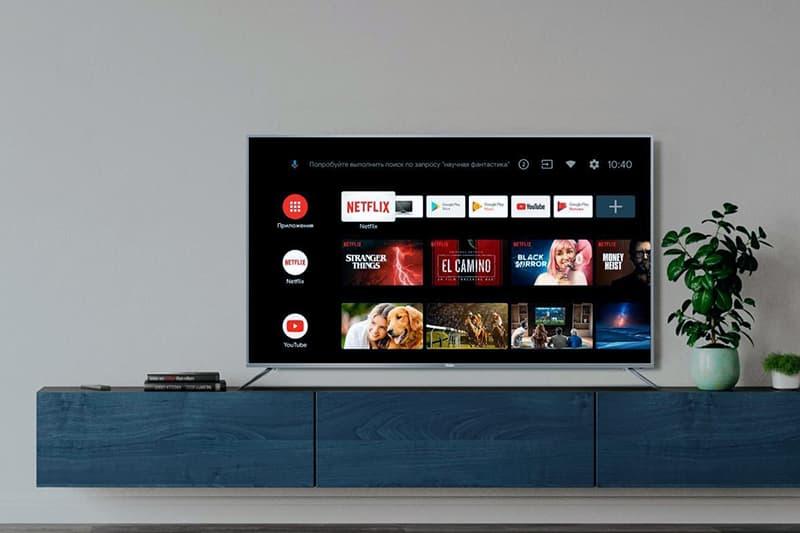 Большой телевизор Haier в интерьере комнаты