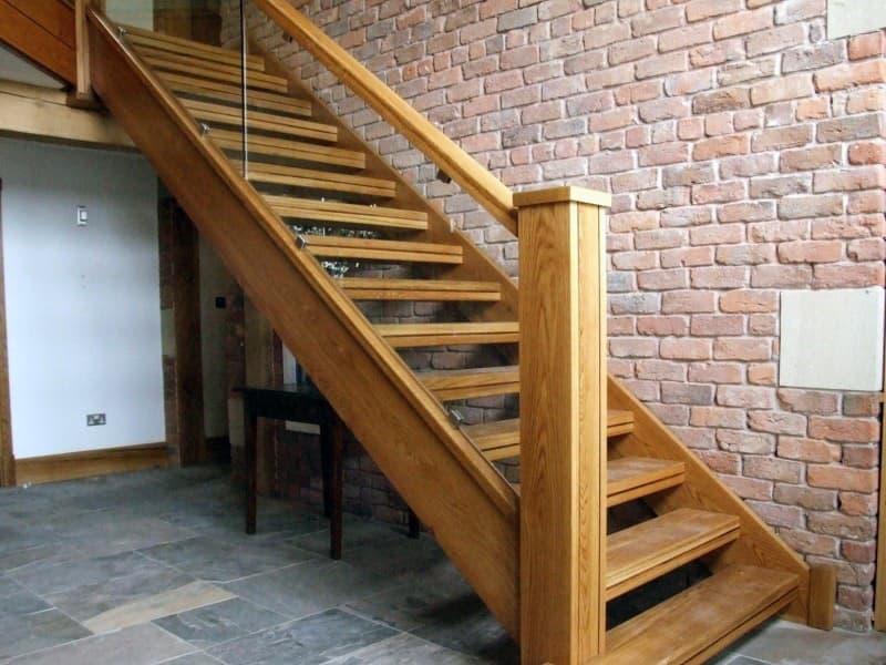 Деревянная лестница тетива