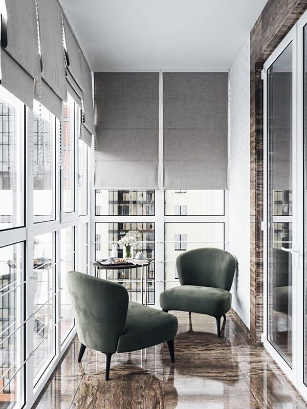 Интерьер балкона с панорамным остеклением
