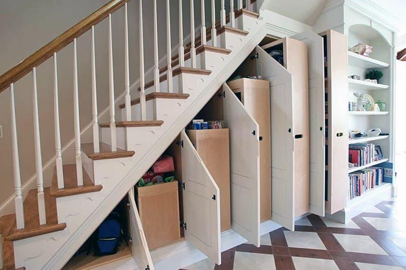 Использование места под ступенями лестницы