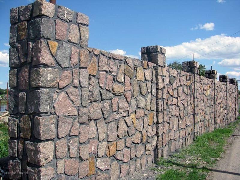 Как выглядит забор из бутового камня