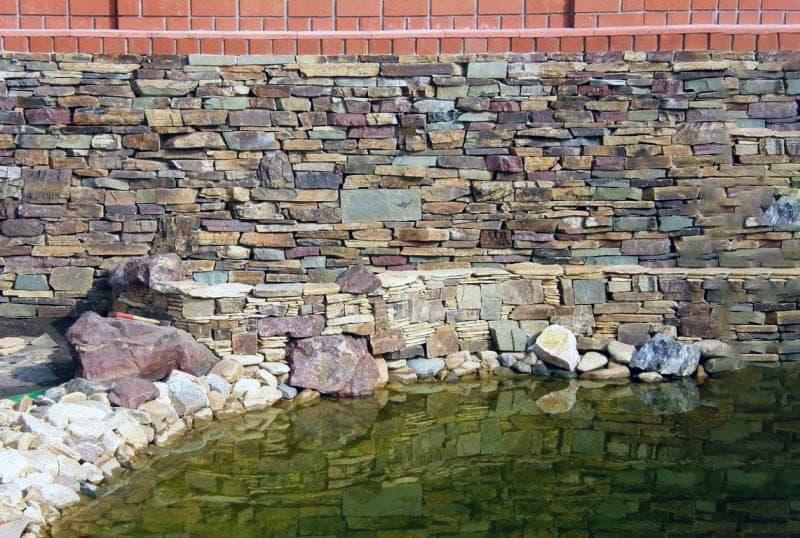 Хаотична кладка каменів при зведенні забору