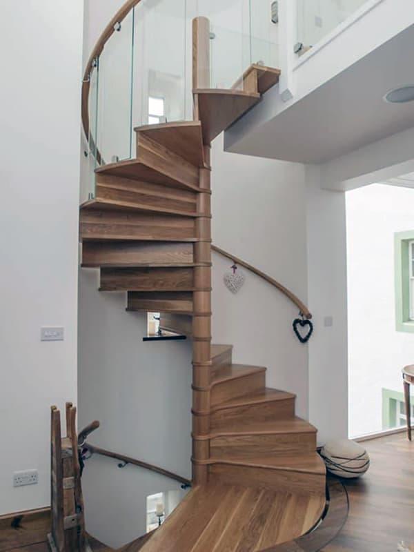 Компактная винтовая лестница в интерьере