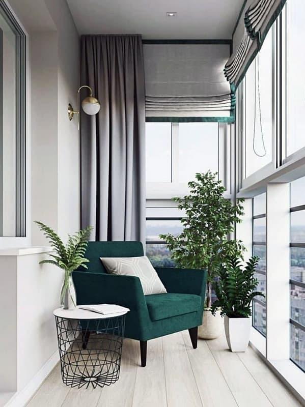 Лаконичный интерьер лоджии с панорамными окнами