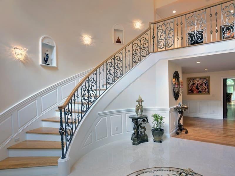 Лестница в классическом стиле в доме