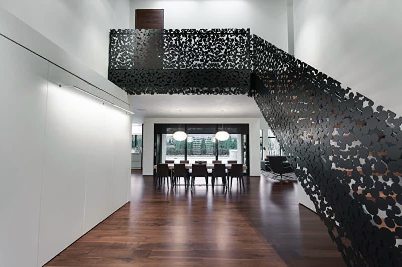 Металлическая лестница в интерьере дома