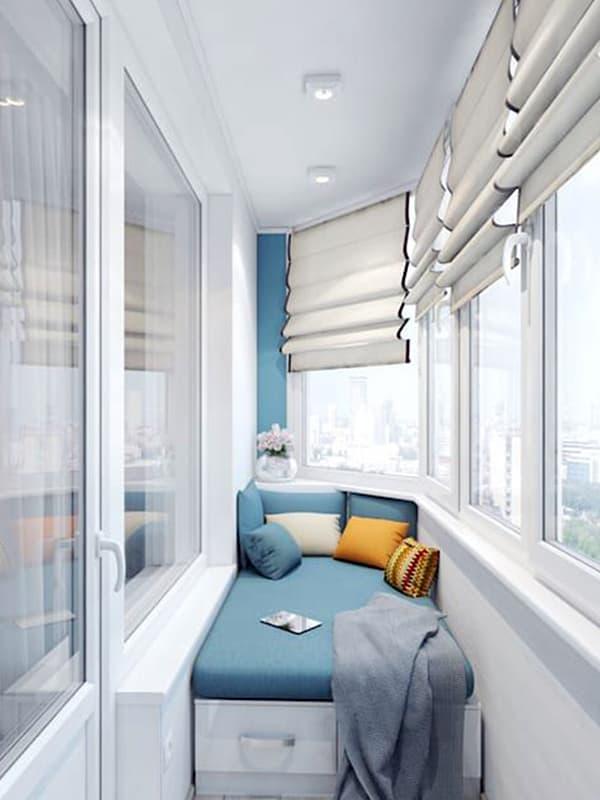 Оформление спального места на балконе