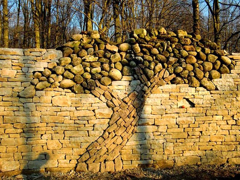 Приклад декоративної композиції на паркані з каменю
